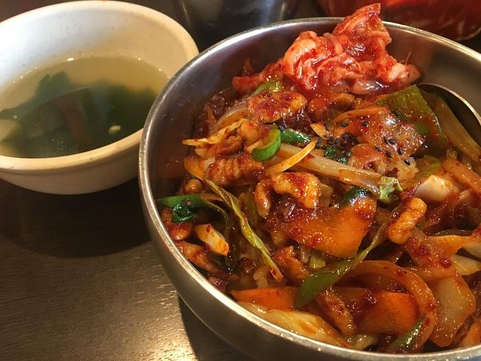 【ワンコインで韓国料理の絶品丼ぶりランチ】新宿三丁目で大人気の激安本場の味!